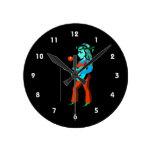 guitarrista femenino con el trullo del naranja del relojes de pared