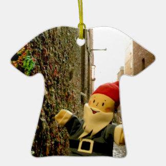 Gus del callejón de la goma I Adorno De Cerámica En Forma De Camiseta
