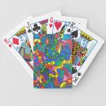Gusano amarillo contoneante barajas de cartas