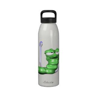 Gusano en un gancho botella de agua reutilizable