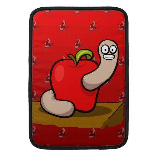 Gusano feliz en Apple rojo Fundas MacBook