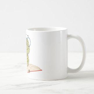 Gusano sobre los vidrios que llevan de un libro taza de café