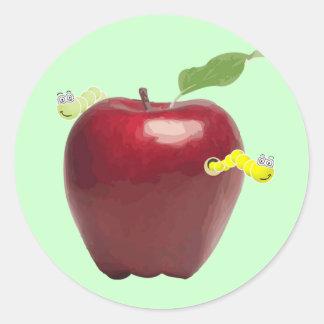 Gusanos lindos en un pegatina de Apple