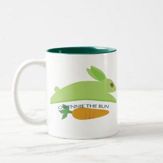 Gwennie el bollo con la zanahoria taza de café de dos colores