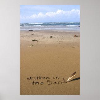 ha escrito en la arena en una playa póster