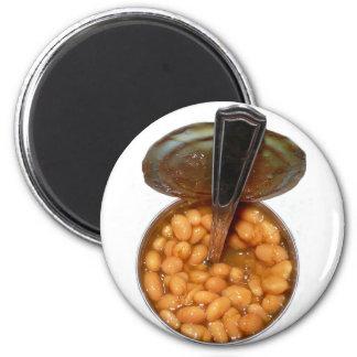 Habas cocidas en lata con la cuchara iman de frigorífico