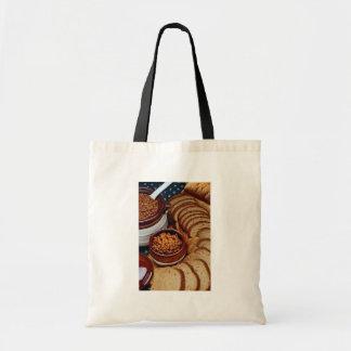 Habas hechas en casa deliciosas y pan marrón bolsas lienzo