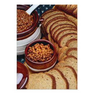 Habas hechas en casa deliciosas y pan marrón invitación 12,7 x 17,8 cm