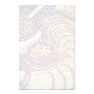 Habas hechas en casa deliciosas y pan marrón papeleria de diseño