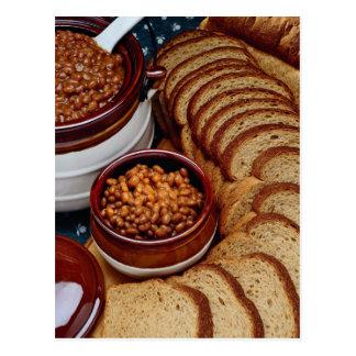 Habas hechas en casa deliciosas y pan marrón tarjetas postales