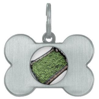 Habas verdes en caja en el fondo blanco placas mascota