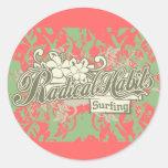 Hábitos radicales que practican surf las camisetas pegatinas redondas