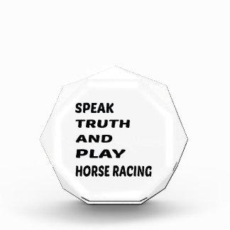 Hable la carrera de caballos de la verdad y del