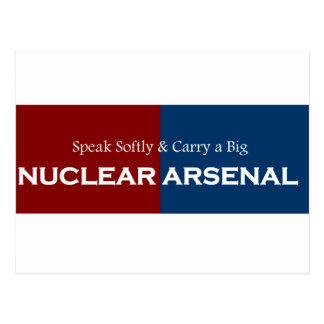 Hable suavemente y lleve el arsenal nuclear grande tarjetas postales