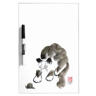 ¿Hacen los caracoles Sting? Gatito y caracol de Pizarra Blanca