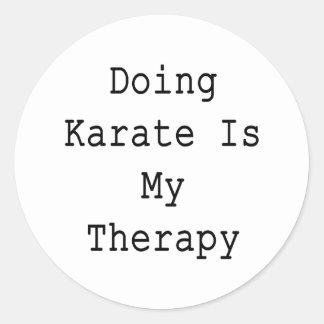 Hacer karate es mi terapia etiquetas redondas