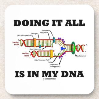 Hacerlo todo está en mi DNA (la réplica de la DNA) Posavasos De Bebida