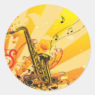 Haces chillones del saxofón de la música etiqueta redonda