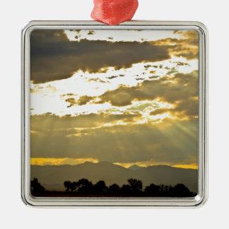 Haces de oro de la luz del sol que brillan abajo adorno navideño cuadrado de metal