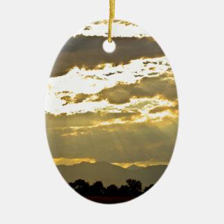 Haces de oro de la luz del sol que brillan abajo adorno navideño ovalado de cerámica