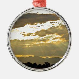 Haces de oro de la luz del sol que brillan abajo adorno navideño redondo de metal