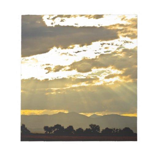 Haces de oro de la luz del sol que brillan abajo blocs