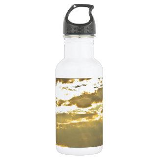 Haces de oro de la luz del sol que brillan abajo botella de agua de acero inoxidable