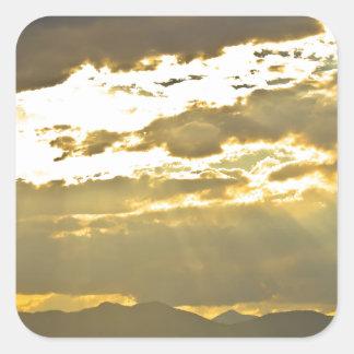 Haces de oro de la luz del sol que brillan abajo pegatina cuadrada