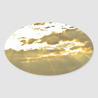 Haces de oro de la luz del sol que brillan abajo pegatina ovalada