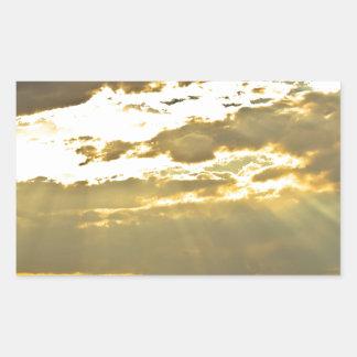 Haces de oro de la luz del sol que brillan abajo pegatina rectangular