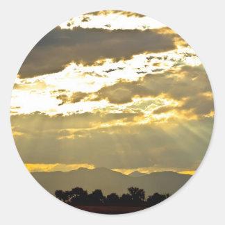 Haces de oro de la luz del sol que brillan abajo pegatina redonda