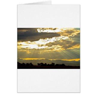 Haces de oro de la luz del sol que brillan abajo tarjeta de felicitación