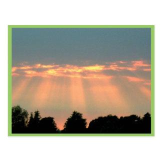 Haces de Sun a través de las nubes Postales
