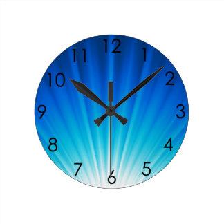 Haces luminosos azules de la aguamarina blanca de reloj redondo mediano