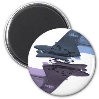 Hacha sangrienta azul y púrpura imán redondo 5 cm