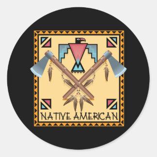 Hachas de guerra del nativo americano pegatina redonda
