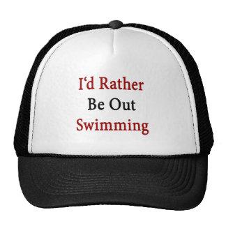 Hacia fuera estaría nadando bastante gorras
