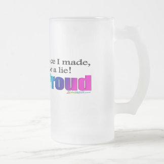 Hacia fuera y taza helada orgullosa
