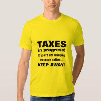 Haciendo los impuestos guardan lejos pero traen el camisas