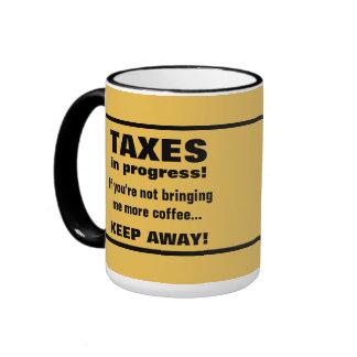Haciendo los impuestos guardan lejos pero traen el taza de dos colores