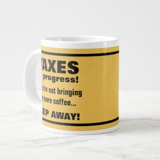 Haciendo los impuestos guardan lejos pero traen el taza grande