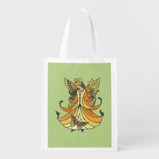 Hada anaranjada de la mariposa con el vestido que bolsas reutilizables