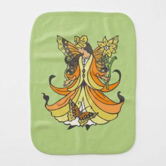 Hada anaranjada de la mariposa con el vestido que paños de bebé