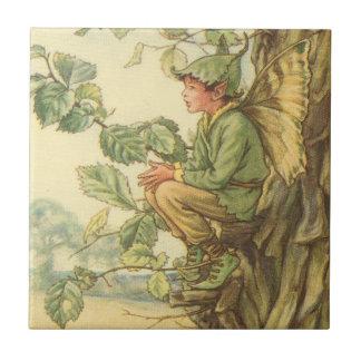 Hada coa alas del olmo que se sienta en un árbol azulejo cuadrado pequeño