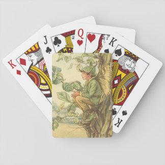 Hada coa alas del olmo que se sienta en un árbol barajas de cartas