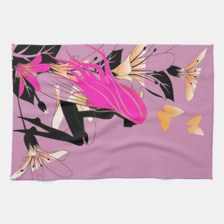 Hada con las flores y las mariposas en lila toalla de mano