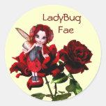 Hada de la mariquita en rosas rojos etiquetas redondas