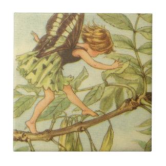 Hada del árbol de ceniza que camina en rama azulejo cuadrado pequeño