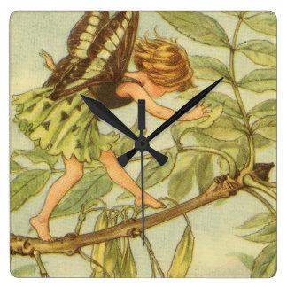 Hada del árbol de ceniza que camina en rama reloj cuadrado