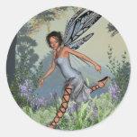 Hada del Bluebell en arbolado de la primavera Pegatina Redonda